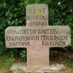 Steinkreuz mit Inschrift bei Tiefenbronn-Mühlhausen (Foto © R. Wolf)